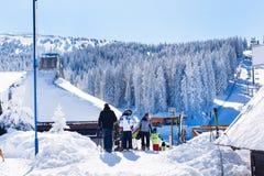 Vue de station de sports d'hiver Kopaonik, Serbie, les gens, montagnes Images stock