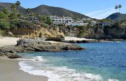 Vue de station de vacances de montage et de littoral dans le Laguna Beach, la Californie photos stock
