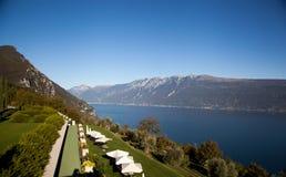 Vue de station de vacances de policier de lac des Alpes et du lac Images libres de droits