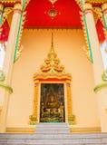 Vue de statue de Bouddha par la porte du temple images libres de droits