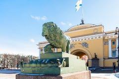 vue de statue de lion et de bâtiment d'Amirauté Images stock