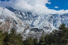 Vue de Stepantsminda près des montagnes Photographie stock libre de droits