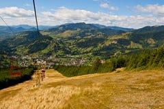 Vue de télésiège au-dessus de ville de montagne images stock