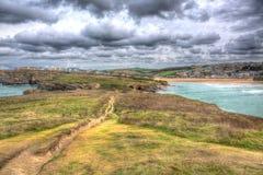 Vue de tête de Trevelgue vers la plage de Porth Newquay les Cornouailles dans HDR image stock