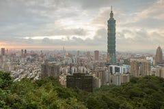 Vue de Taïpeh 101 et au-dessus de ville de Taïpeh Photos stock