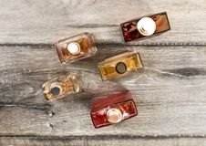 Vue de table, bouteilles colorées de parfums d'hommes, sur le verrat en bois photographie stock