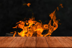 Vue de table en bois à la flamme lumineuse du feu collage Defo images stock