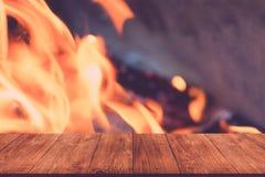 Vue de table en bois à la flamme lumineuse du feu collage Defo image libre de droits