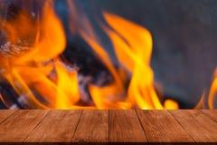 Vue de table en bois à la flamme lumineuse du feu collage Defo image stock