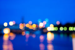Vue de tache floue de lumière de nuit avec la lumière de réflexion dans l'eau image stock