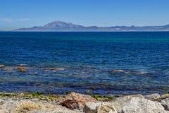Vue de Tarifa à travers les détroits du Gibraltar photographie stock libre de droits
