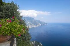 Vue de terrasse d'infini dans des jardins de Cimbrone de villa Photos stock