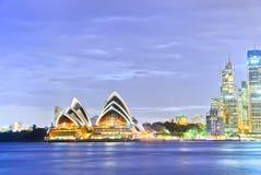 Vue de théatre de Sydney Harbor et de l'opéra au crépuscule Photographie stock libre de droits