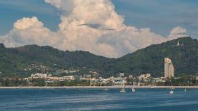 Vue de Timelapse de plage de Patong au-dessus de ville, de montagnes et de backround de ciel à Phuket, Thaïlande banque de vidéos