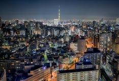 Vue de Tokyo par nuit avec Skytree au centre image stock
