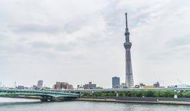 Vue de Tokyo Skytree de côté d'Asakusa de rivière de Sumida Photos libres de droits
