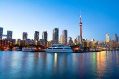 Vue de Toronto du centre au-dessus de la marina au coucher du soleil image stock