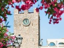 Vue de tour d'horloge médiévale dans la ville de Taormina Images libres de droits