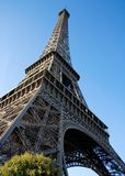 vue de Tour Eiffel d'angle au loin Images stock