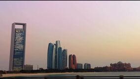 Vue de tours d'Etihad de corniche d'Abu Dhabi - une commande dans la ville banque de vidéos