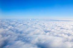 Vue de trace d'avion au-dessus des nuages Voler dans le ciel au-dessus du Th Photo libre de droits