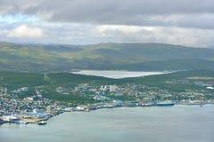 Vue de Tromso sur l'île de Tromsoya et les montagnes pittoresques sur l'île de Kvaloya La Norvège du nord Images libres de droits