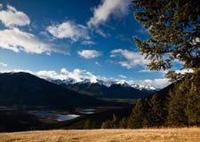 Vue de vallée avec des crêtes de montagne à l'arrière-plan. Photographie stock libre de droits