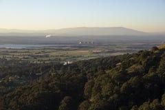 Vue de vallée de montagne avec l'industrie Images libres de droits