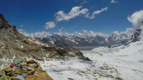 Vue de vallée de Gokyo dans les montagnes de l'Himalaya banque de vidéos