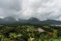 Vue de vallée de Hanalei sur Kauai, Hawaï, en hiver après une tempête de pluie importante photos libres de droits
