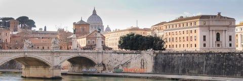 Vue de Vatican à travers la rivière du Tibre de Rome, Italie photo stock