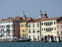 Vue de Venise, de l'Italie et de son autre architecture du canal grand, temps clair image libre de droits