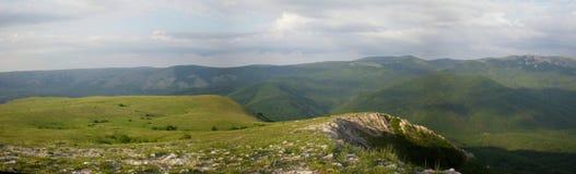 Vue de vert de Chatyr-Dag de plateau de la Crimée au printemps des montagnes Photos stock