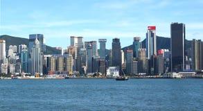 Vue de Victoria Bay et des gratte-ciel de Hong Kong Island de Tsim Sha Tsui Embankment Hong Kong, Chine Photographie stock libre de droits