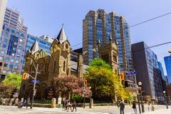 Vue de vieille église de St Andrew de vintage et de bâtiments architecturaux élégants modernes dans le secteur de centre-ville de Image libre de droits
