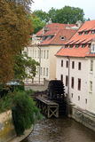Vue de vieille roue de watermill de Prague Photos stock