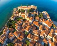 Vue de vieille ville Budva à partir du dessus : Murs antiques et roo carrelé images libres de droits