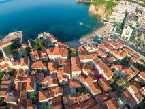 Vue de vieille ville Budva à partir du dessus : Murs antiques et roo carrelé images stock