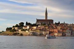 Vue de vieille ville de Rovinj au coucher du soleil Photographie stock libre de droits