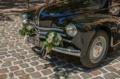 Vue de vieille voiture modèle pour des nouveaux mariés à Aix-en-Provence photographie stock