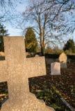Vue de vieilles pierres tombales, vue dans le monochrome, dans un cimetière également vieux Photo stock