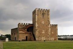 Vue de vieux fort en pierre par temps nuageux images stock