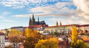 Vue de vieux ville et château de Prague colorés avec la rivière Vltava, République Tchèque image stock