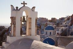 Vue de village d'Oia avec des moulins à vent au coucher du soleil Santorini, Grèce images stock