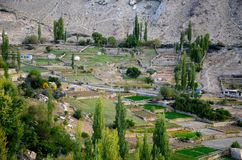 Vue de village et de champs en vallée Pakistan du nord de Hunza Photos stock