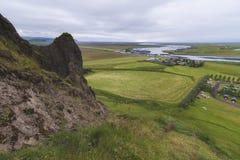 Vue de village de Kirkjubaejarklaustur de montagne L'Islande à l'heure d'été images libres de droits