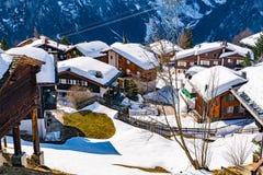 Vue de village de Murren au pied de la crête de Schilthorn Photographie stock libre de droits