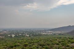 Vue de ville à partir de dessus de colline photo stock