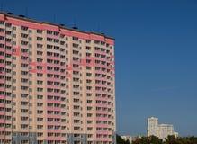 Vue de ville avec la construction neuve Images stock