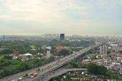 Vue de ville avec la route, le bâtiment d'affaires et les maisons résidentielles image stock